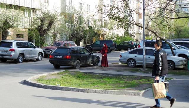 Девушка в хиджабе ищет работу