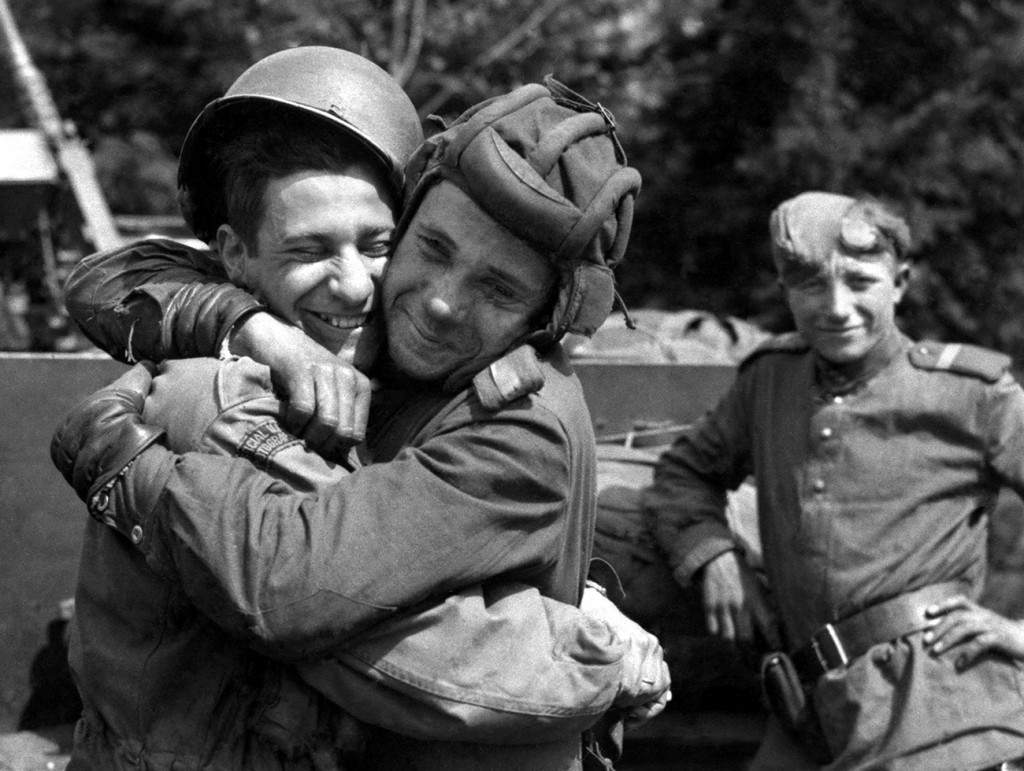 Одна победа Советский солдат обнимает американского военного фотографа