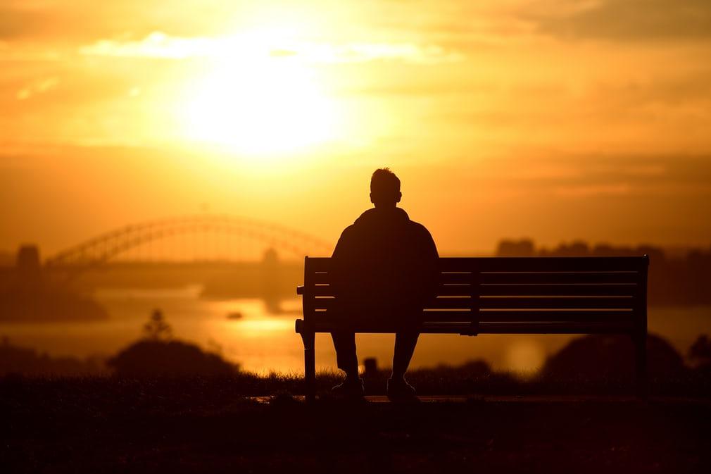 Человек смотрит на закат. Харбор-Бридж.