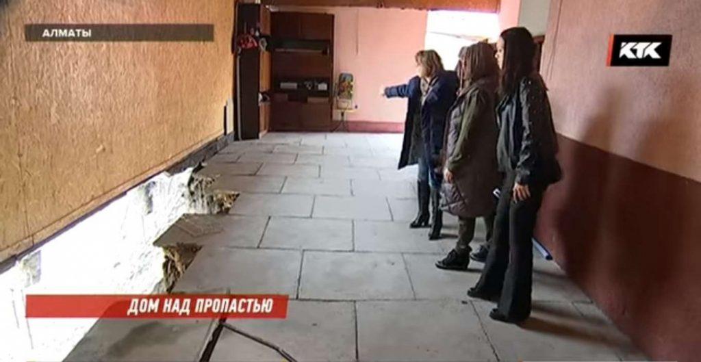 Часть жилого дома обвалилась в зоне строительства метро в Алматы
