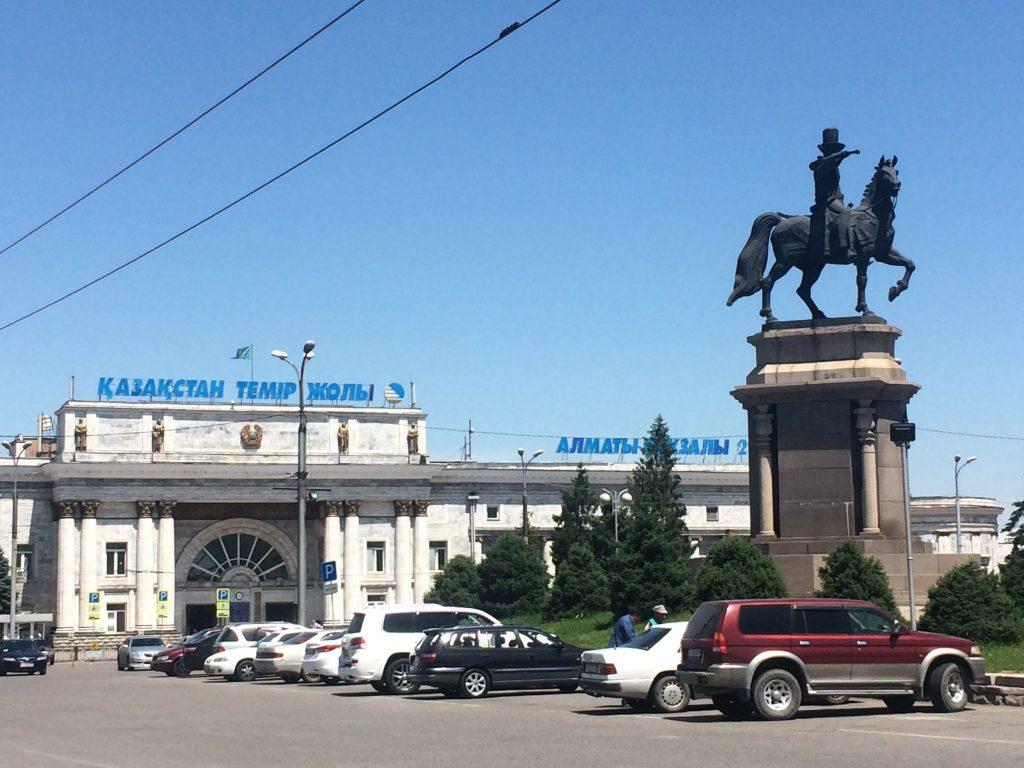 Алматы Казахстан город дороги машины вокзал