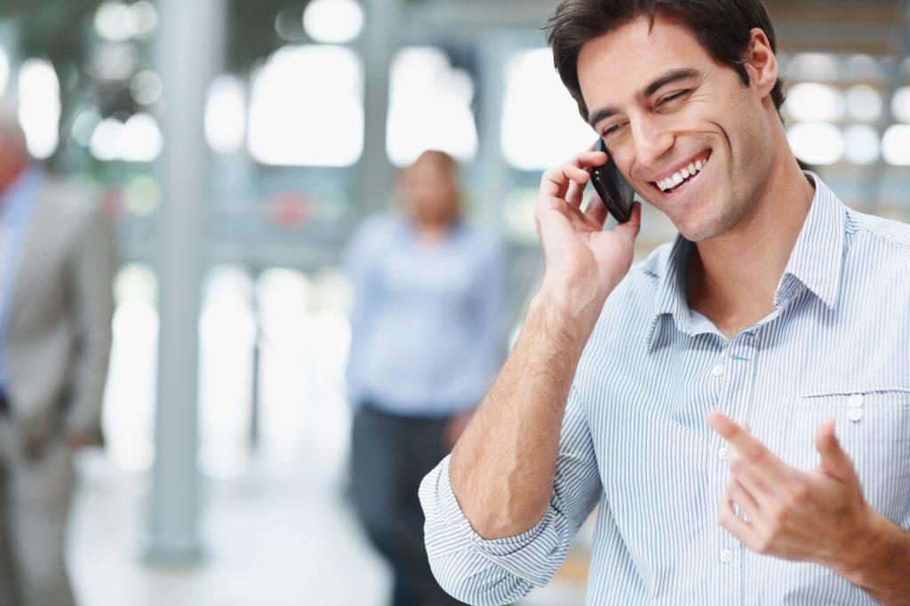 веселый мужик говорит по телефону