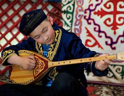 домбра Казахстан музыка инструмент мальчик казах