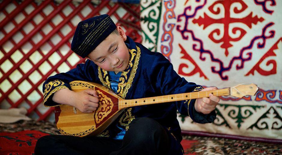 праздник домбра Казахстан музыка инструмент мальчик казах