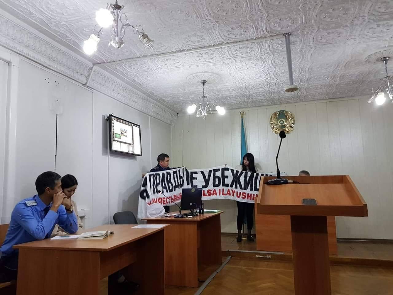 Алматинцев арестовали за баннер о выборах