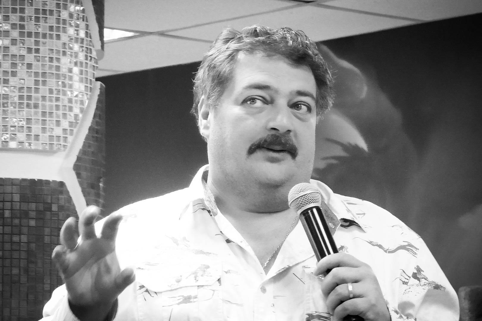 Писатель Дмитрий Быков экстренно госпитализирован