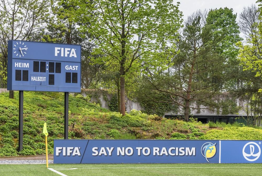 FIFA расизм свод правил судьи футбол игра матч арбитр