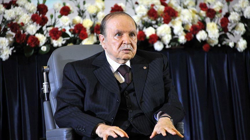 Президент Алжира, правивший 20 лет, ушел в отставку