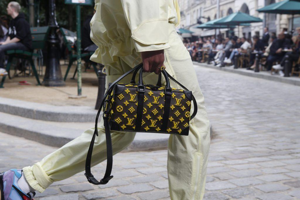 Louis Vuitton устроил шоу на улицах Парижа