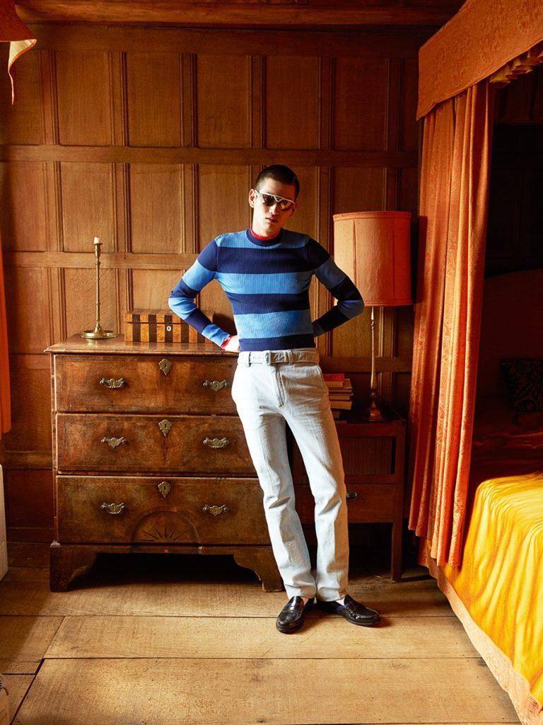 Пуловер водолазка джинсы лоферы носки очки Prada 2019