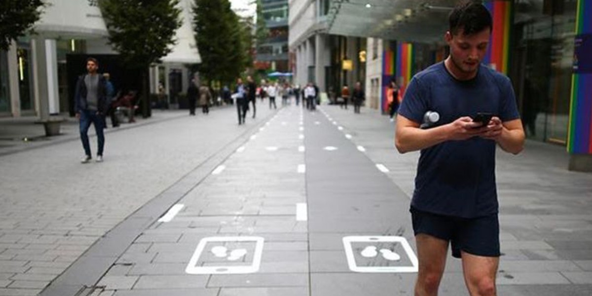 В Англии появились дорожки для пешеходов с телефонами
