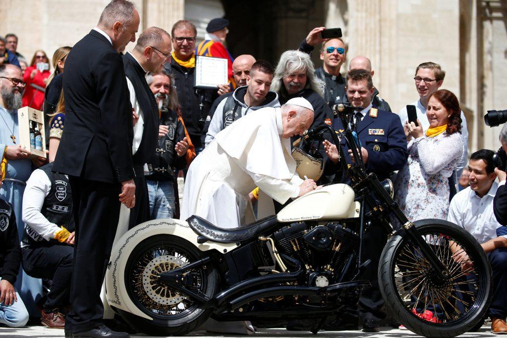 апа Франциск подписывает мотоцикл