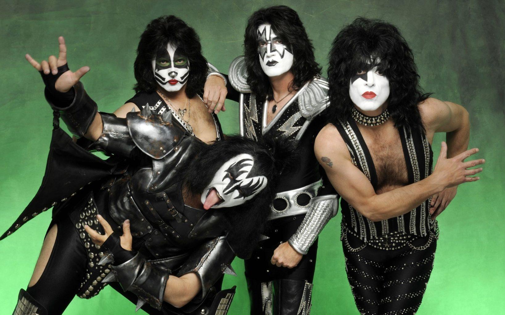 Группа Kiss даст концерт в океане: для 8 человек и стаи белых акул