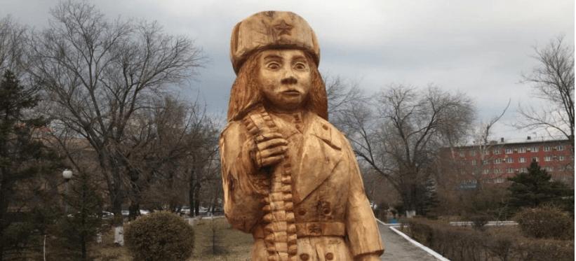 Скульптуру Маншук Маметовой демонтировали, авторы извинились и увезли ее с собой