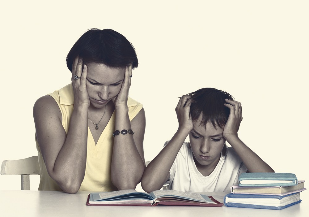 мать учит с ребенком уроки