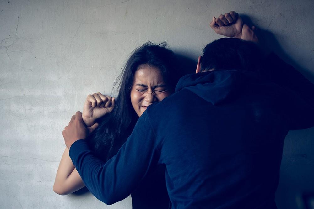 Педофилов могут сажать пожизненно, а примирение при изнасиловании отменят