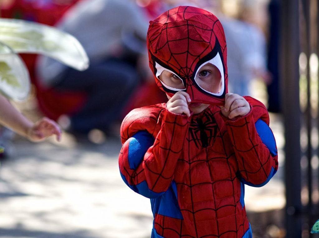 ребенок в костюме человека-паука