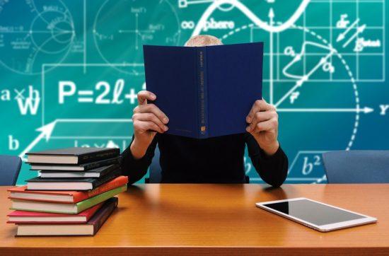 отказываться от критериальной системы оценки в школах