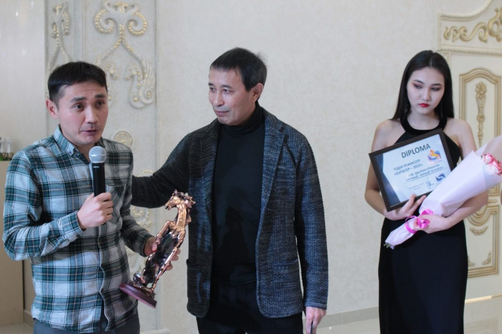 Адильхан Ержанов получает приз