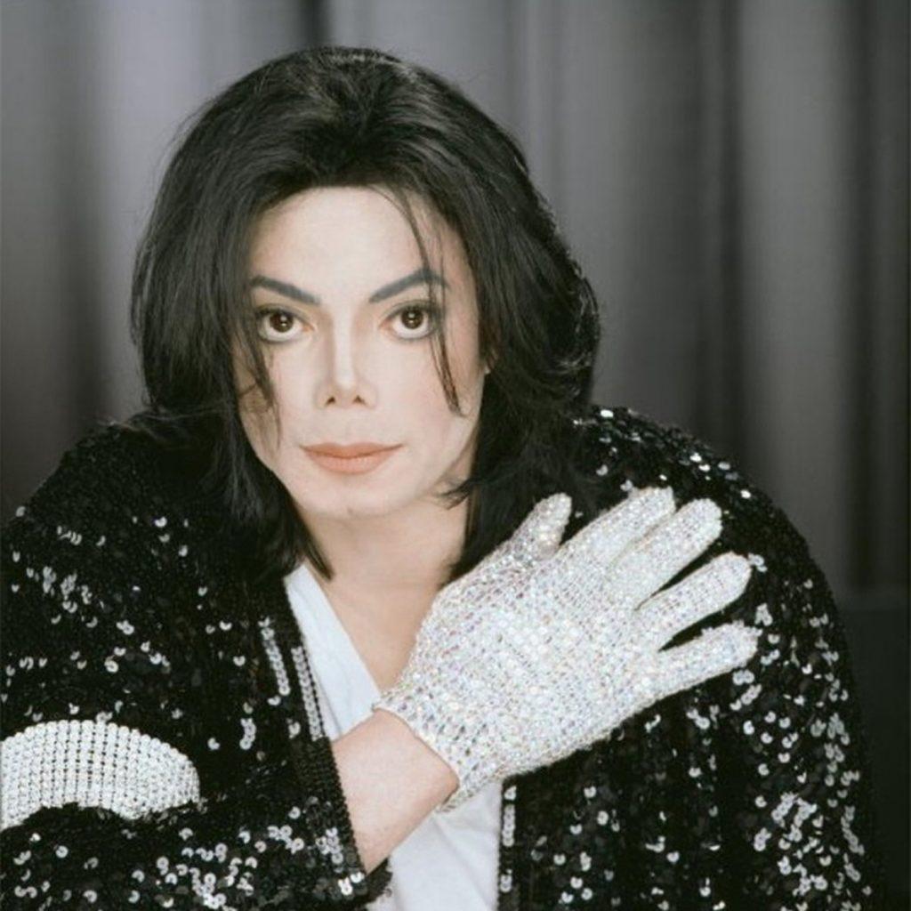 Майкл Джексон с белой перчаткой