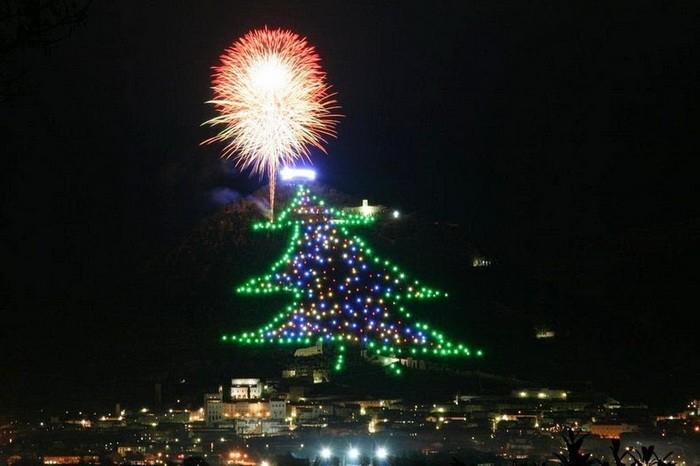 Новогоднюю елку высотой 750 метров зажгли в Италии