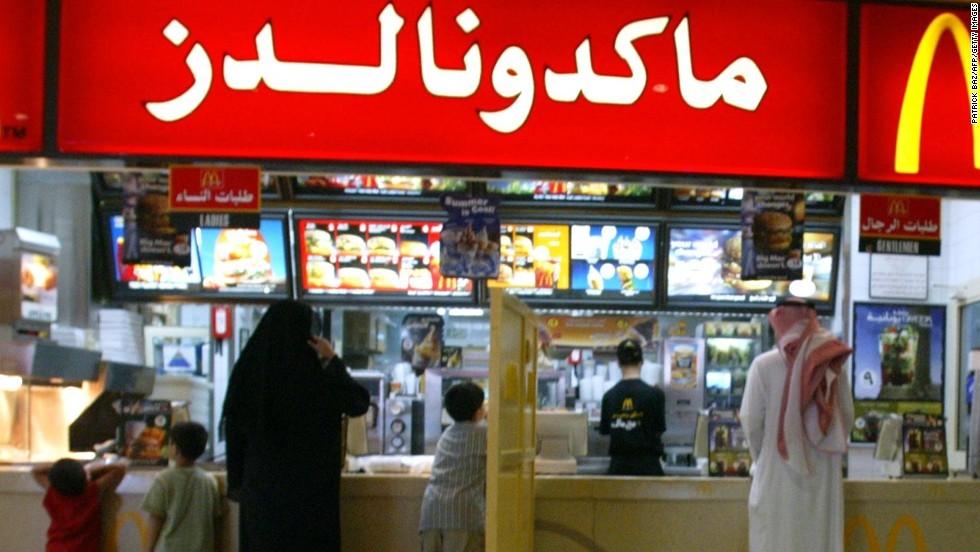 В ресторанах Саудовской Аравии женщин и мужчин разрешили впускать через общий вход