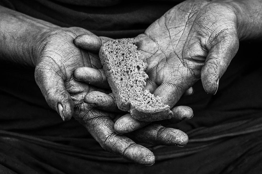 в ладонях кусочек хлеба