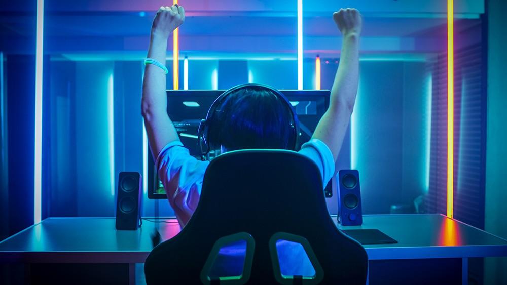 геймер за компьютером