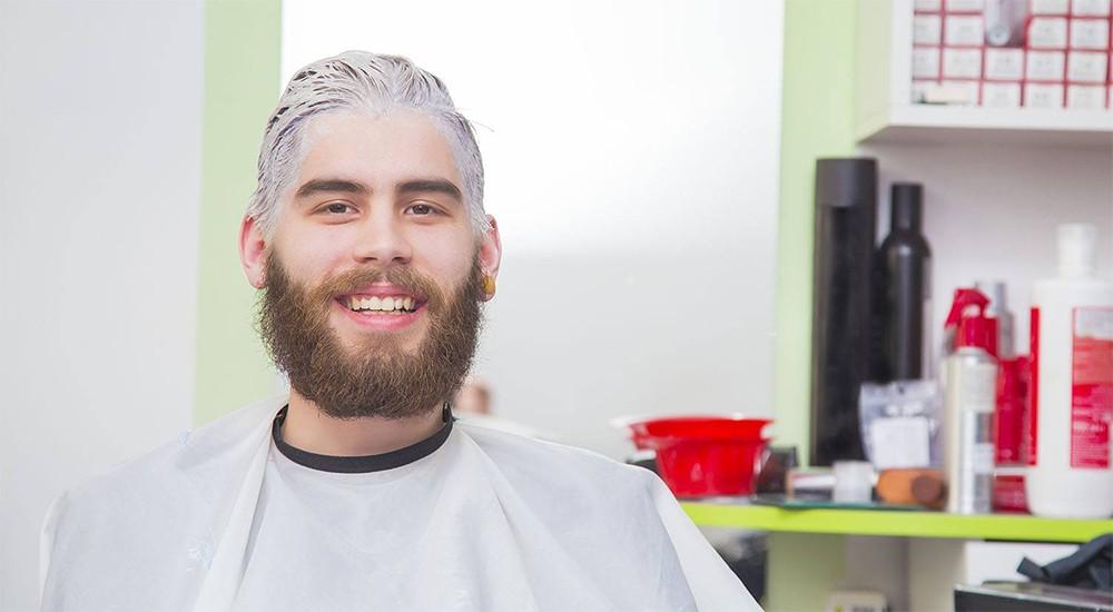 мужчина красит волосы