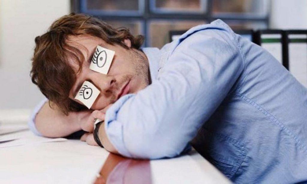 Человек спит на рабочем месте