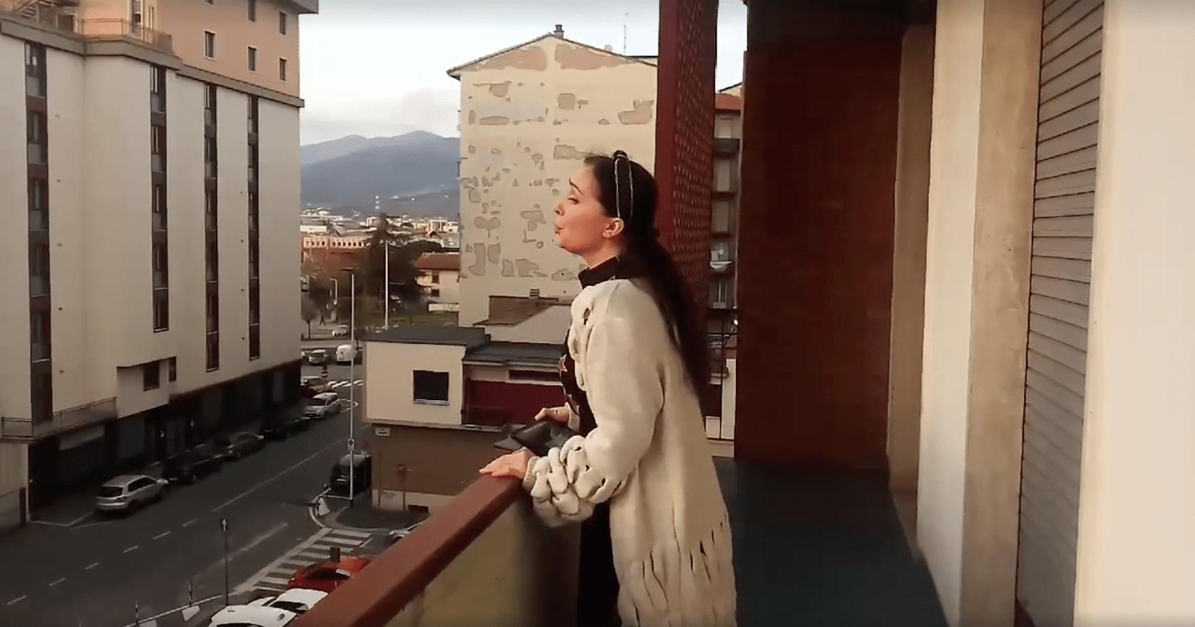 Трогательное видео – казахстанская оперная певица спела на балконе благодарным жителям Флоренции
