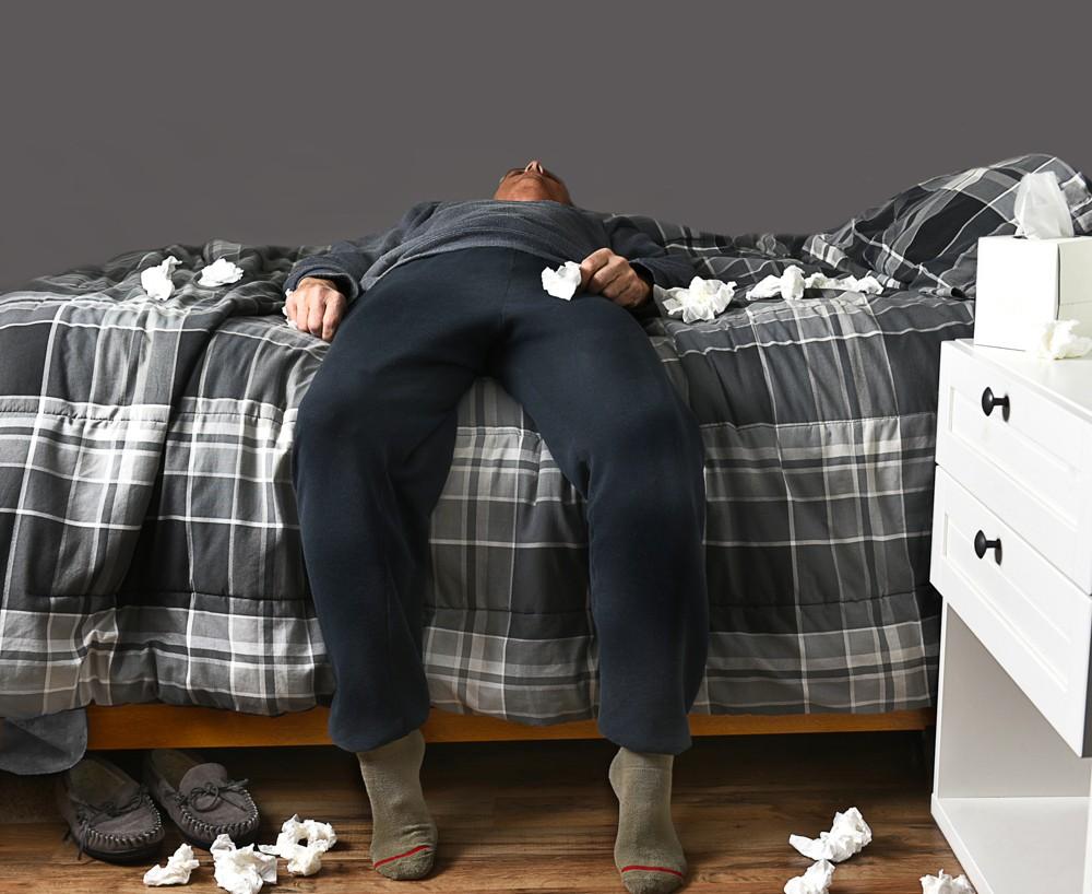 мужчина лежит на диване в соплях