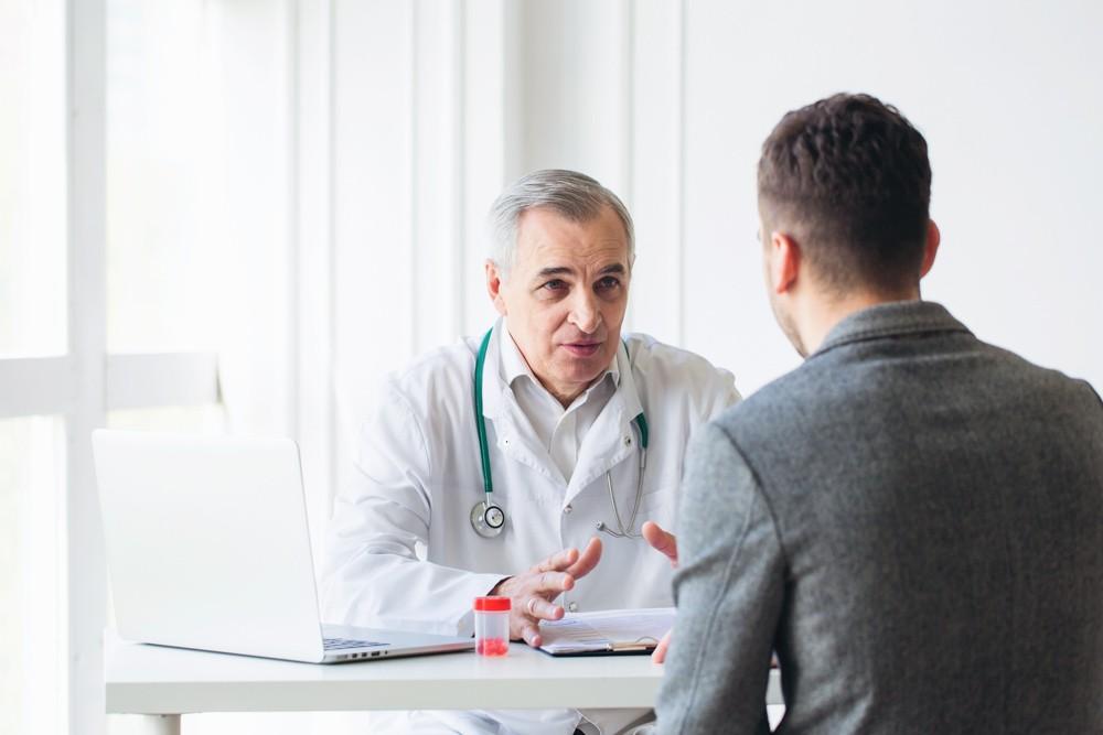 доктор объясняет пациенту