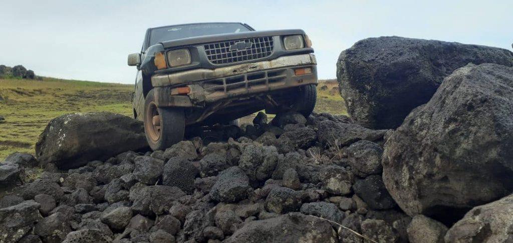 Турист на пикапе сбил истукана моаи  на острове Пасхи