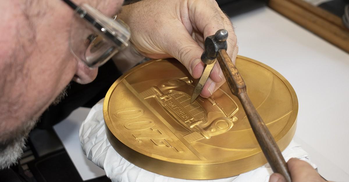 В Великобритании выпустили самую большую и дорогую монету в истории королевства