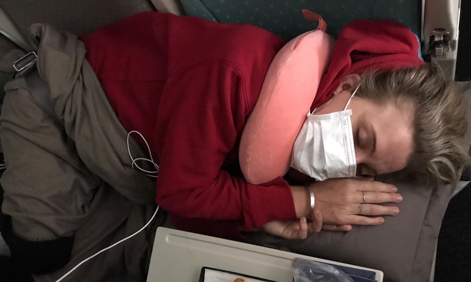 Стюардессы перепутали похмелье с коронавирусом и изолировали пассажирку