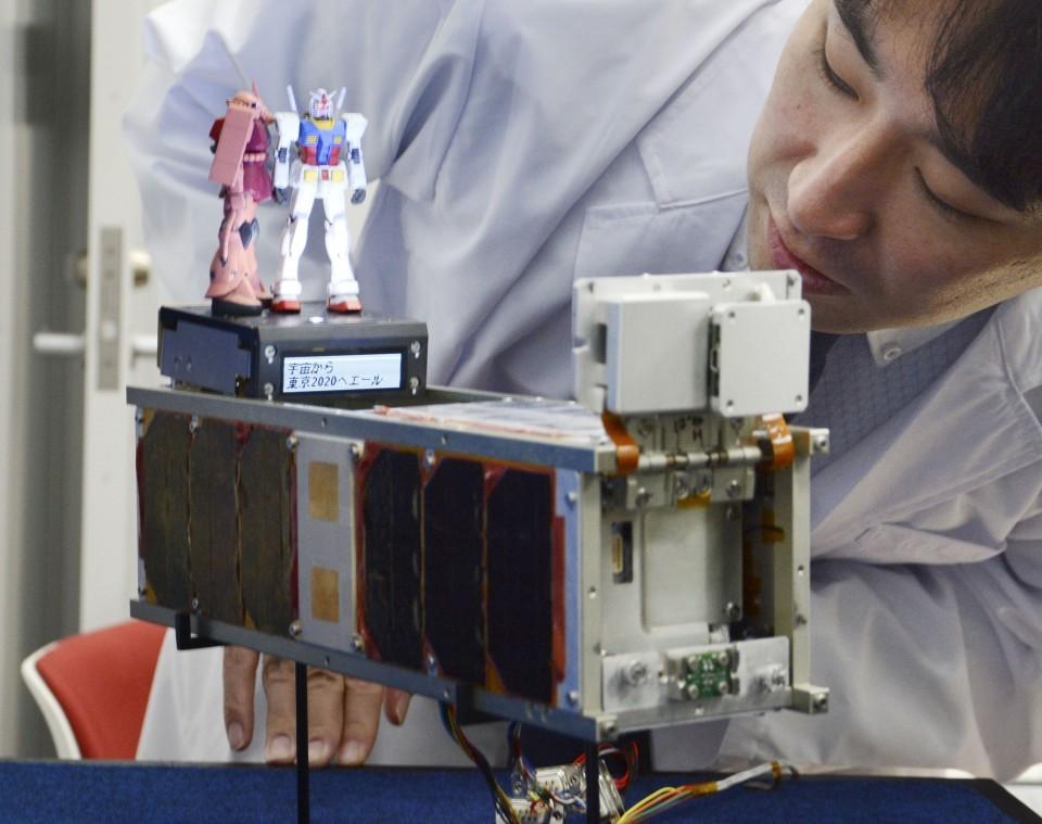 робот Gundam и его друг Char's Zaku