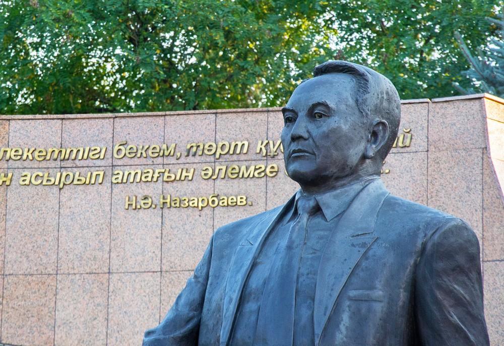 Назарбаев памятник