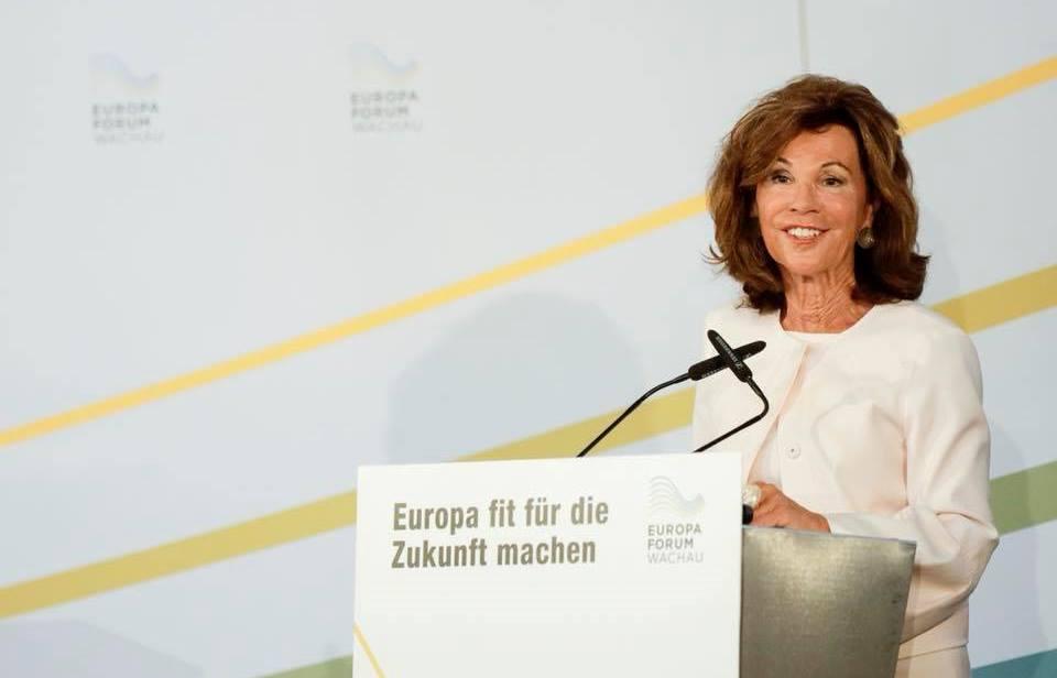 А так можно? Экс-канцлера Австрии лишили прав за пьяное вождение