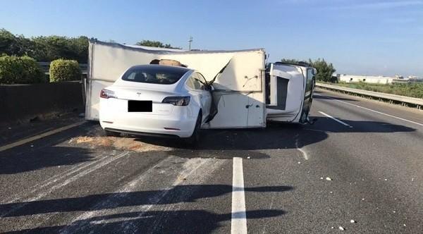 Автопилот не посчитал лежащий на дороге грузовик препятствием