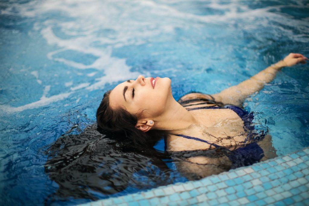 Безопасно ли плавать в общем бассейне во время эпидемии?