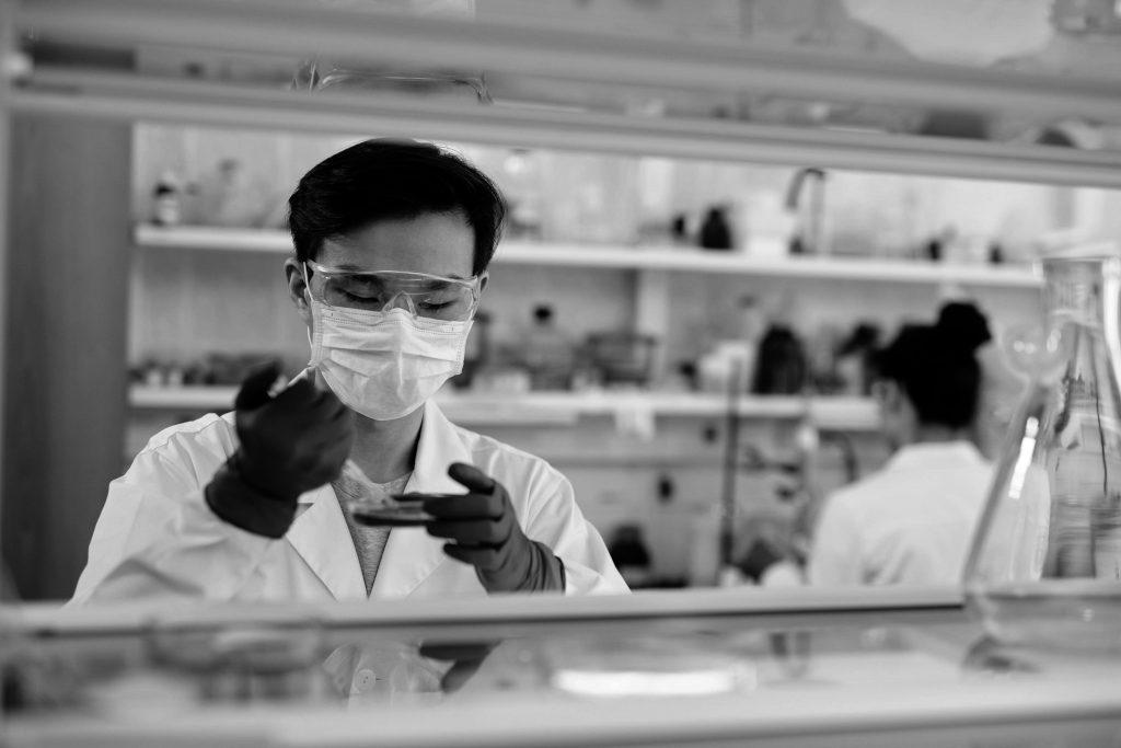 Вакцина не поможет? Ученые сообщили о снижении количества антител у переболевших