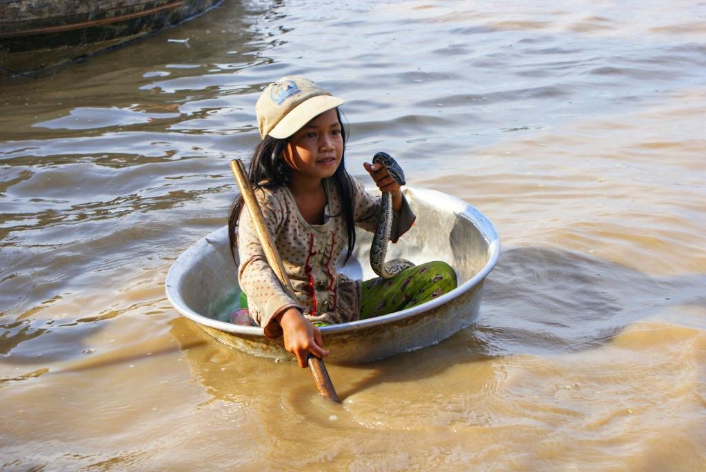 Девочка со змеей: история одного фото