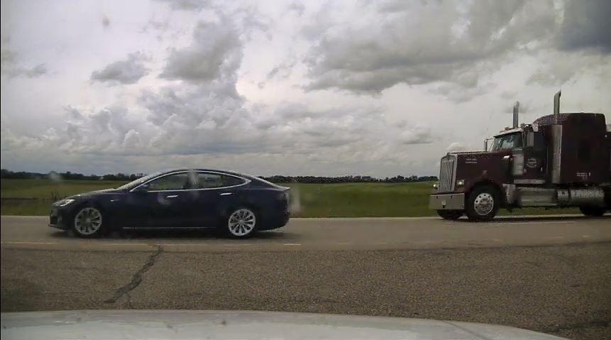 Автопилот Tesla пытался сбежать от полиции