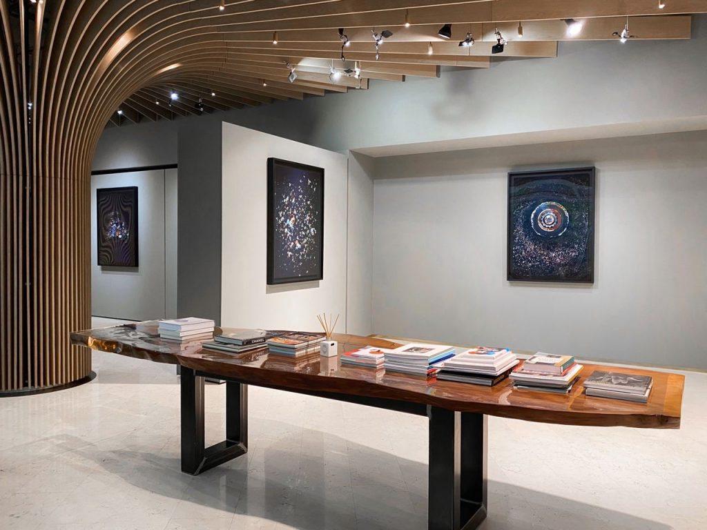 «Планета или пластик». Выставка Мэнди Баркер открылась в Алматы