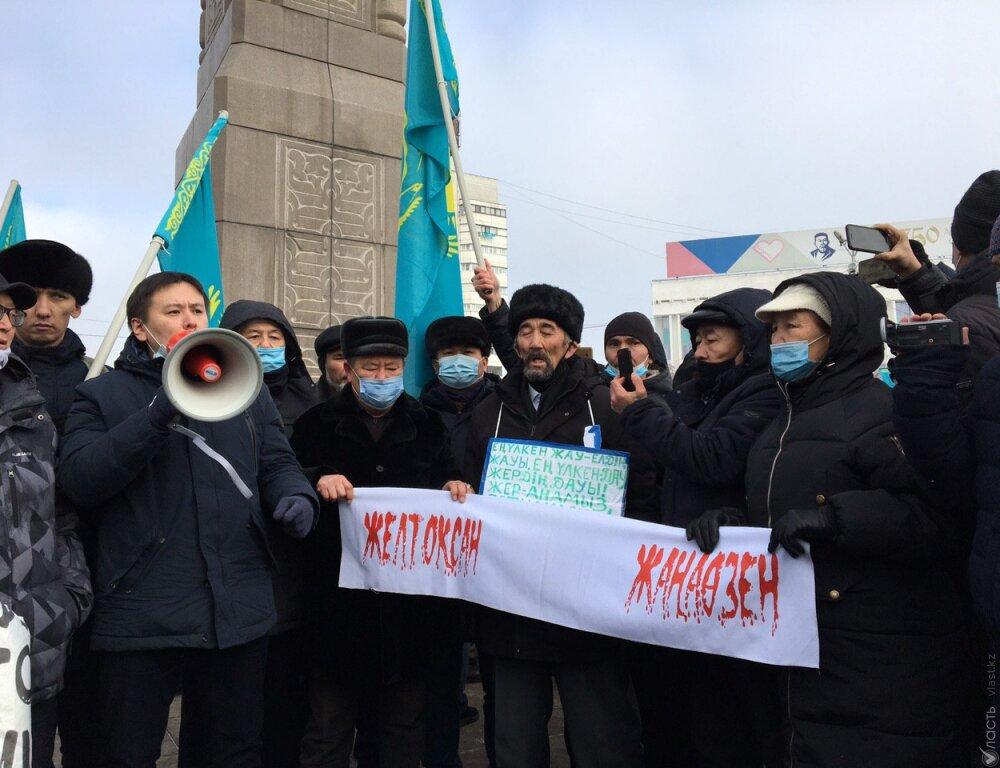 Алматинцы вышли на митинг, их окружила полиция