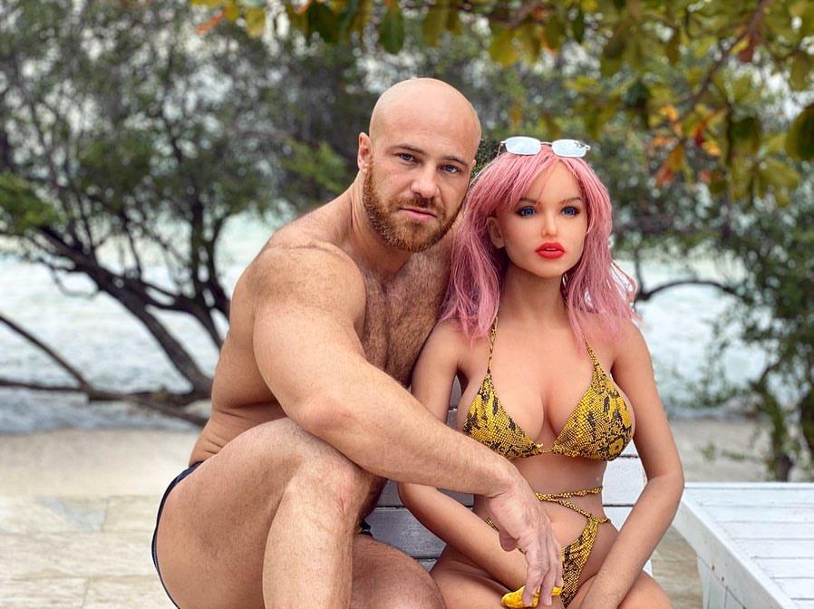Культурист из Нур-Султана рассказал блогерше из США, каково это жить с куклой