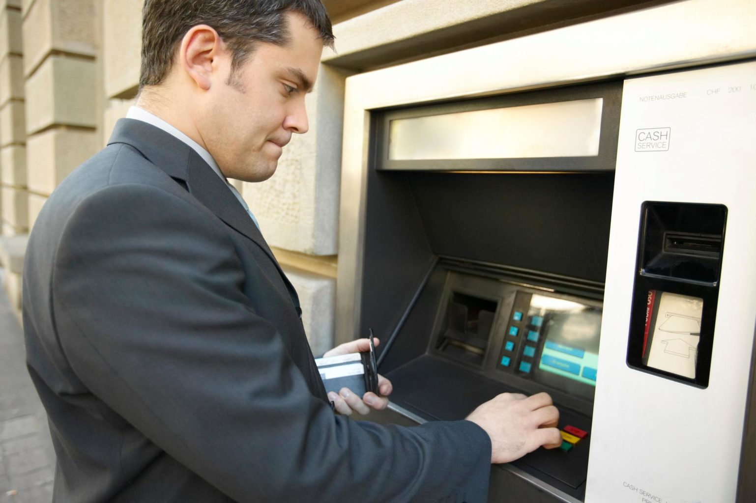 В Казахстане утвердили правила снятия наличных денег