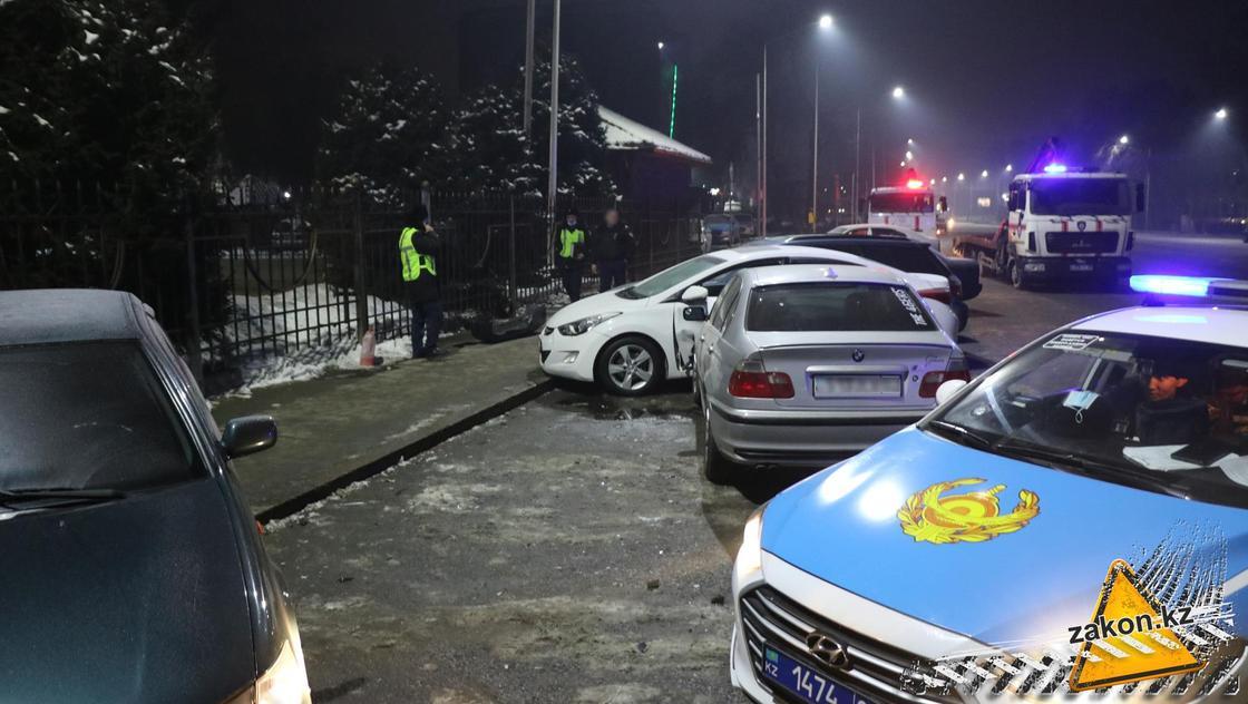 BMW протаранил три полицейских автомобиля в Алматы