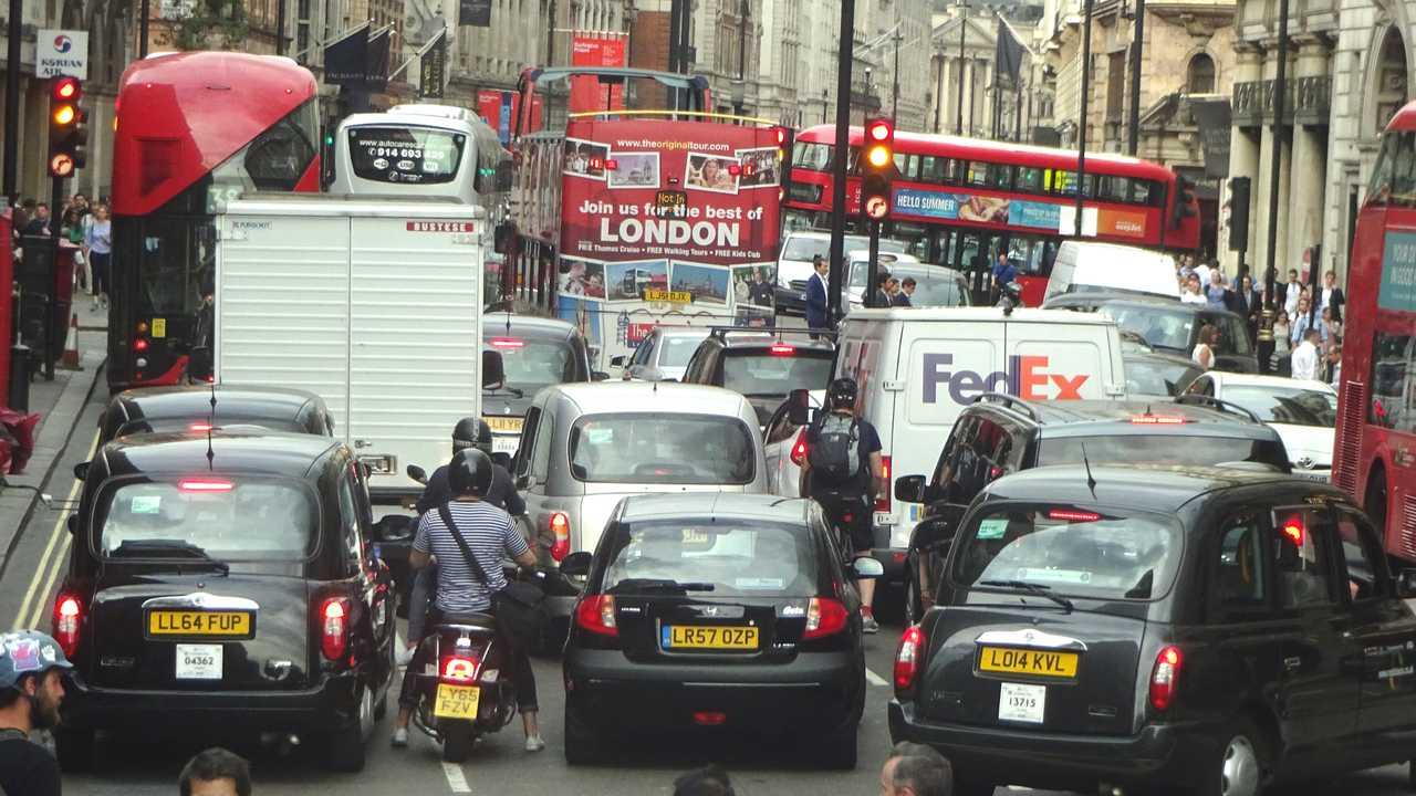 Опасный вирус: жители Лондона спешно покидают город